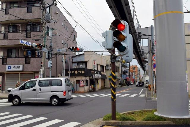 モノレールにぶつからないよう、信号や街灯が背を縮めて空を譲っているのがカワイイ