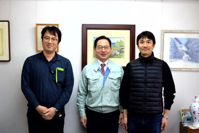 湘南モノレールの尾渡英生社長と。湘南モノレールは4月からPASMOの導入が始まるそうですよ。言い忘れましたが当サイトのライター西村さんもいっしょに洗います。