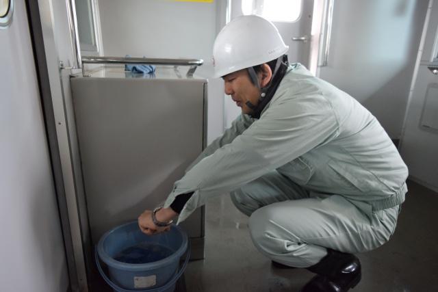 続いて拭き掃除。おぉぉ水が冷たい……!(後ほど「サービス」とお湯を用意してもらえました)
