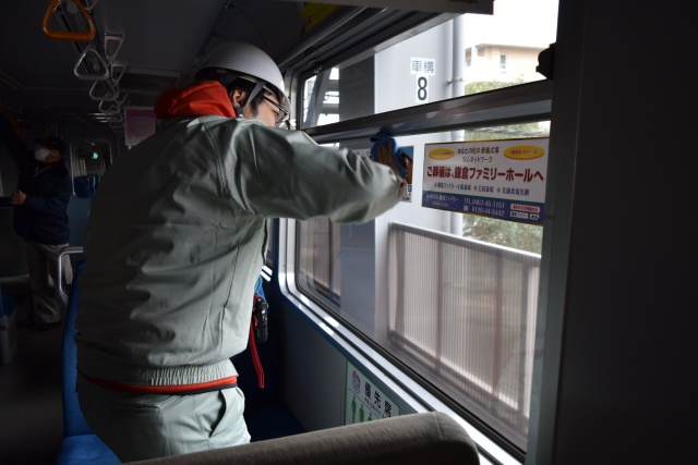 窓を1枚1枚水拭きして……
