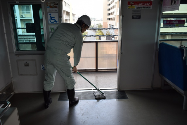 続いて車内の床を水拭き。ドア付近のゴムのマットは靴の汚れがつきやすい。