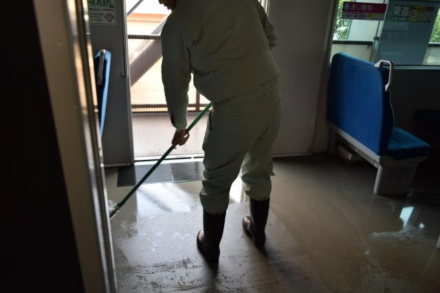 床の汚れで落ちづらいのは、噛んだ後のガムと、靴底がすれた跡。みんな綺麗に使おう。