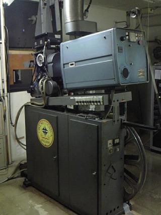 30年ものの映写機が2つ並んでいた。一つのフィルムが約1時間。途中で切り替えるのだ