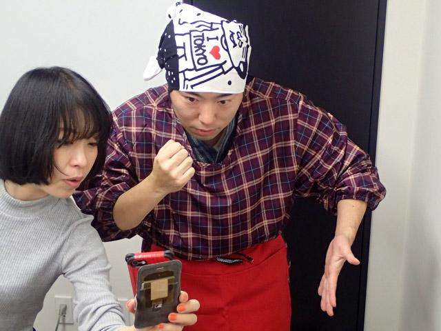 担当編集の古賀さんを付き合せて、ポーズの確認をおこなう。腕の角度が難しい。