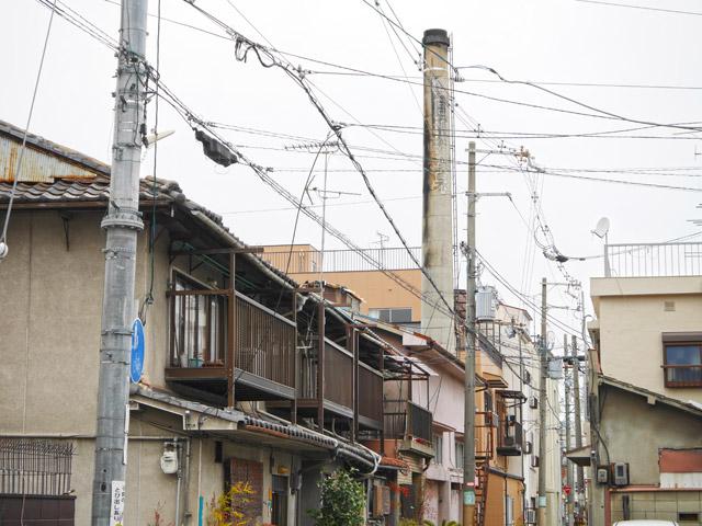 銭湯の煙突が面白いのは、こんな風に普通の住宅街に突如として現れるところだ