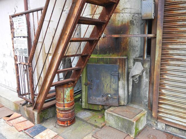 銭湯の煙突のほとんどは、ボイラー室など建物の屋根から生えているものがほとんどだった。なので、こんな風に外から根元が見える煙突は珍しい。サビや苔の様子から相当な年季を感じる。良い