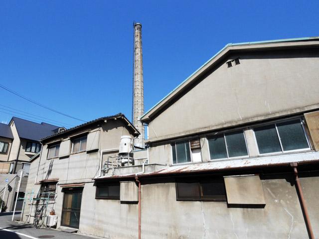 場所は変わって、こちら港区にある寿温泉。割とオーソドックスな煙突であるが、