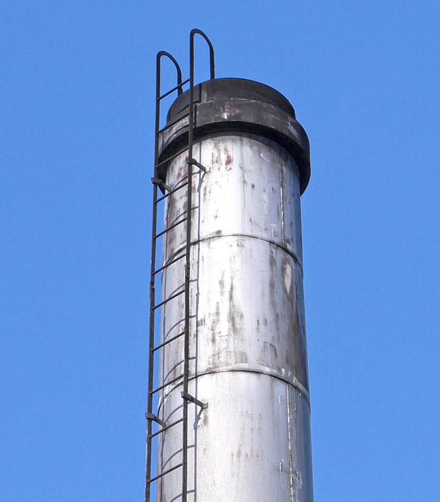 こちらは鋼板で巻かれた金属質な煙突である。素材は違うものの、ひとつ前の煙突と佇まいがそっくりだ。距離にして1キロしか離れていないので、同じ業者が携わったというような経緯があるのかもしれない