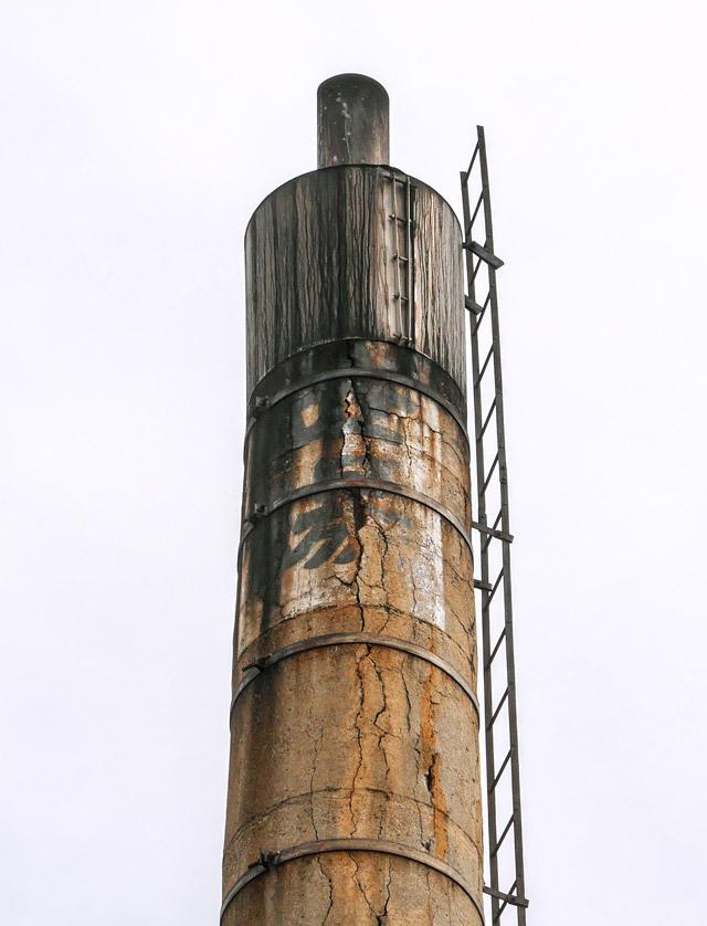 こちらは煙突の先端が先細っているのだ。文字が隠れてしまっていることから、後付けで被せられたものと推測する。ドレッシングの容器がちょうどこういう形なので、勝手にドレッシング型と名付けたい