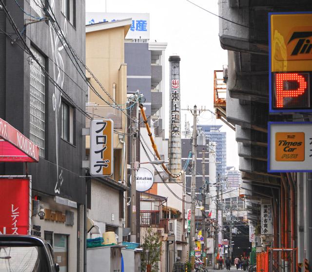 第二位は、天王寺区にある東上温泉。鶴橋駅にほど近いところにあって、ビルが林立する都市風景のなかに溶け込んでいる。今となっては煙突の高さが足りてない気もする