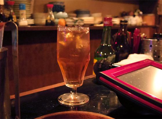 ママ定番のウーロンハイ、グラスがかわいい