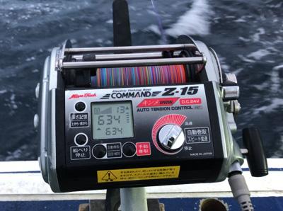 秘密兵器はランドセルみたいにでかい電動リール!人がぶら下がれるほど太い釣り糸が1500mも巻ける。狙う水深は600~700m前後。深い!つーか遠い!
