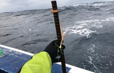 オモリは鉄筋!2~3kgもある。鉄は鉛に比べて安価だし、万が一海中に取り残されても分解されやすい。オモリが海底に引っかかりやすいアブラボウズ釣りにはいろんな面で向いているのだ。