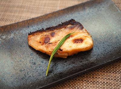 アブラボウズの西京焼き。鮮度が良すぎるせいもあるだろうが、かなり歯ごたえが強く鶏肉のよう。火を通すと適度に脂が落ちるので食べやすくなる。
