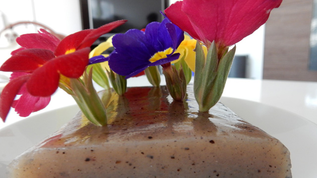 花を挿す緑のスポンジ(オアシスというらしい)みたいなことになった。何にしろファンシーではない。