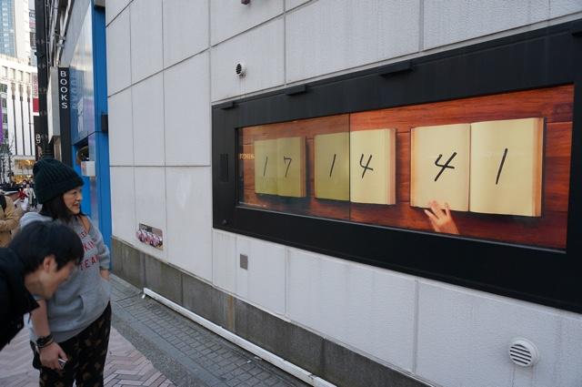 本をめくることで時を刻む、シンプルながら凝った映像の時計。