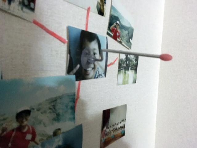 昔の自分に歯磨きコップを立てるための棒(吸盤式)を貼り付けてみる。多分大きくなったこいつが犯人なのだろうという感じがしてきた。