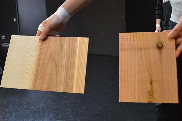 この場合左の板の方が割れやすい。ふしがない方が木目に沿ってバキッと割れやすい