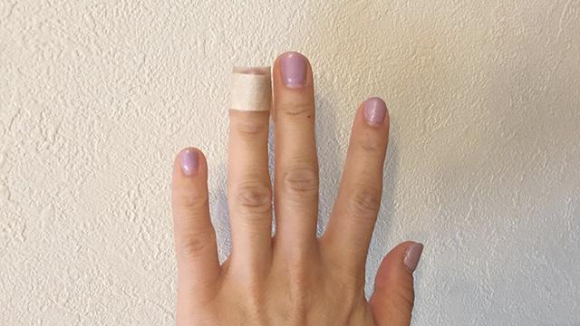全指絆創膏だとちょっとあいつやばいなという感じしちゃうけど薬指1本ならぜんぜん普通だ。そうかー!