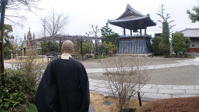広いお寺の中に仏様が鎮座する別棟がある
