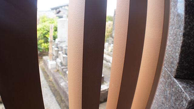 たとえばこの集合墓の建物の柱は陶器でできててすごく高くなったらしい。色々なものが新しくなってる時代だが墓参りもデザインし直してるのだなと思う