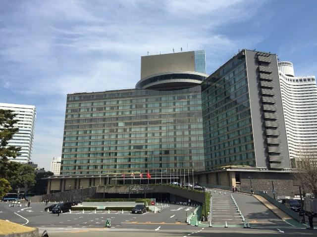 最上階の回転ラウンジが特徴的な建物