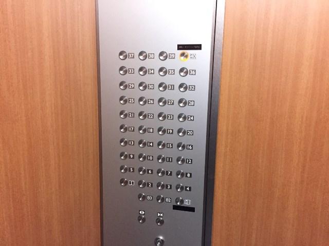 全ての階数がずらっと並ぶ階数ボタンも高さアピールに見えてしまう