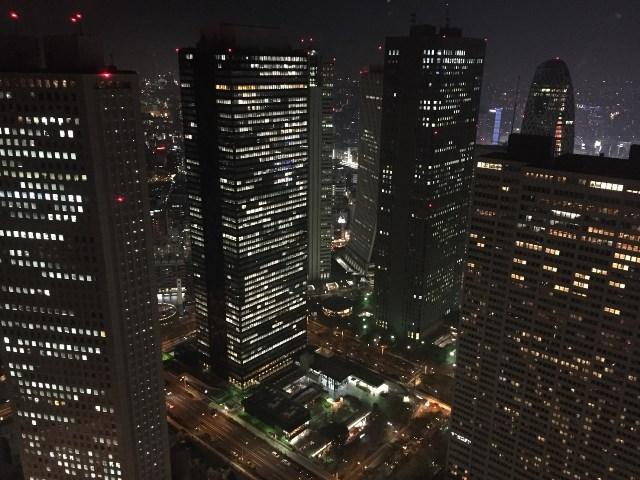 昼間は諦めて夜に改めて展望室へ。かつて日本一の高さを争った3つのビルも上から見下ろせる。