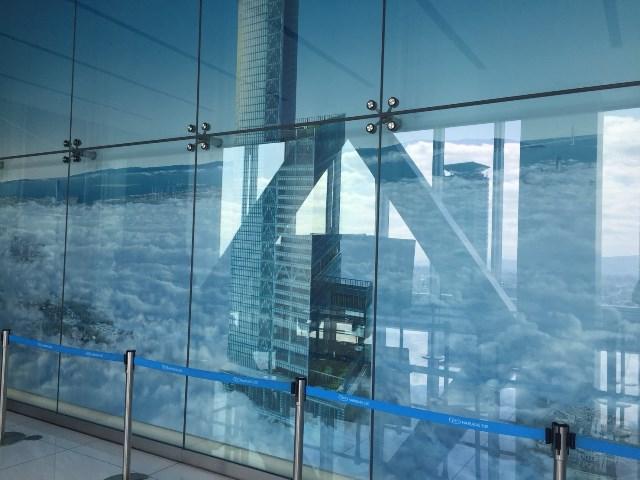 展望台に向かうエレベーターの待機場所に雲を突き抜けるあべのハルカスが書かれていた。日本一だからこそできる表現だ。