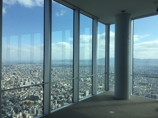 大きなガラス張りで「日本一の高さ」を堪能できる