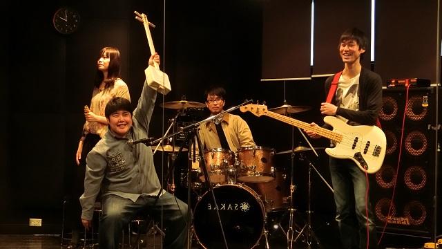 バンドを組みました。全員、楽器は弾けません。