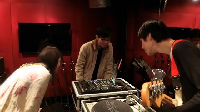 DJ担当、井口さん。ボタンやスイッチやら何が何だがわからない。