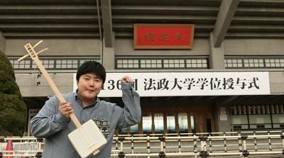 武道館で撮影したら背景と合わさって、卒業式で目立とうとする大学生になった。