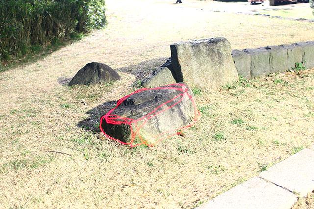 岩にポリゴンが宿る。