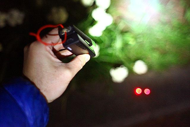 こんな感じで二つのレーザーポインターを片手で持って照射しました。