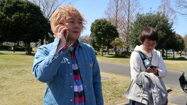 どちらもデリバリーの店なので公園に持ってきてもらうよう電話する