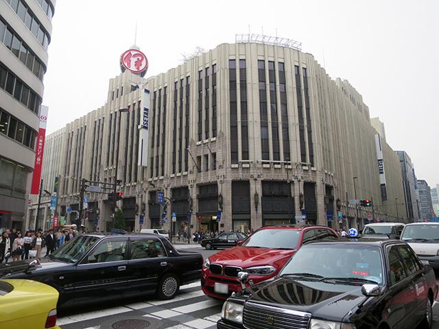新宿三丁目交差点。この写真を撮った場所あたりが駅だったと思われる