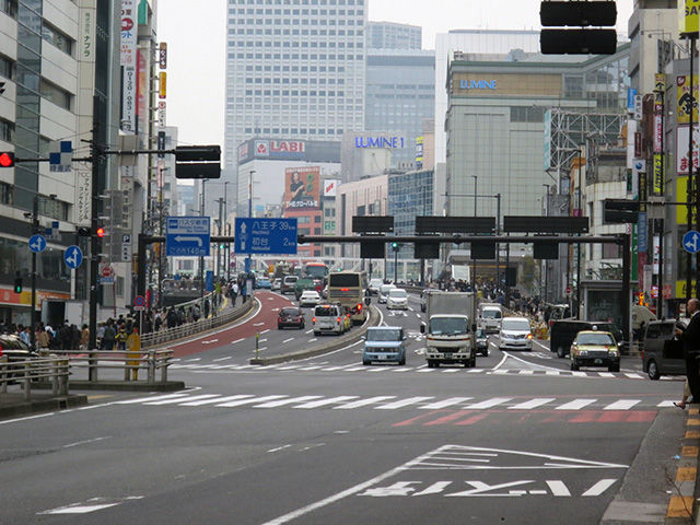 甲州街道が新宿駅の上を越える跨線橋