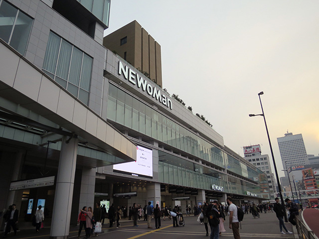 その向かいに高速バス乗り場バスタ新宿があるこの場所
