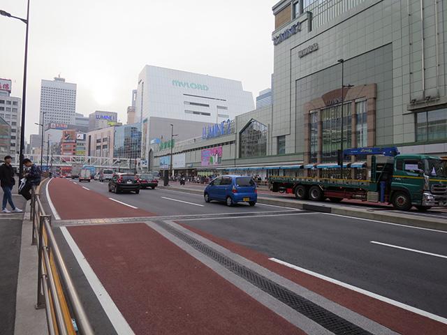 車道左側の微妙な膨らみ…、まさか駅の跡じゃないよね?橋自体架け替わってるし