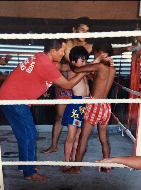 """こちらも1988年の写真。子どもたちの後ろで、ソー会長得意の""""首相撲""""を指導中"""