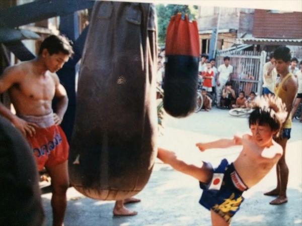 1988年(昭和63)の写真。ソー会長(写真左)が日本から来たムエタイの練習生を指導している