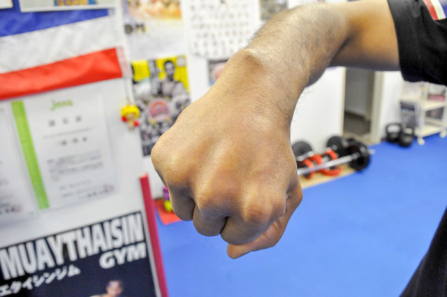 写真では分かりづらいが、人差し指と中指の間に大きなくぼみがあった