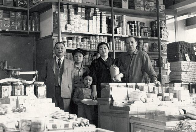 昭和31年の川原ファミリー。一番右が祖父の俊夫、その左が祖母の千鶴子。写真提供:ふくや