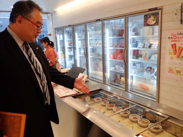 本社一階の中洲本店には試食がたくさん用意されているというので、自慢の明太子を食べさせていただいた。