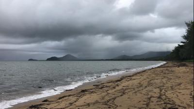 ハマギギがいるビーチ。今の時期はちょうど雨季で景色がドンヨリ…。