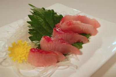 イワトコナマズの刺身。日本産のナマズではぶっちぎりで一番美味いとされている。刺身のほかにすき焼き風の鍋でも食べられる高級魚。