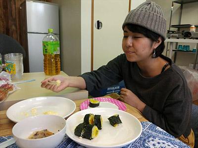 撮影後、たまごサラダを単品でもしゃもしゃ食べる川西さん。