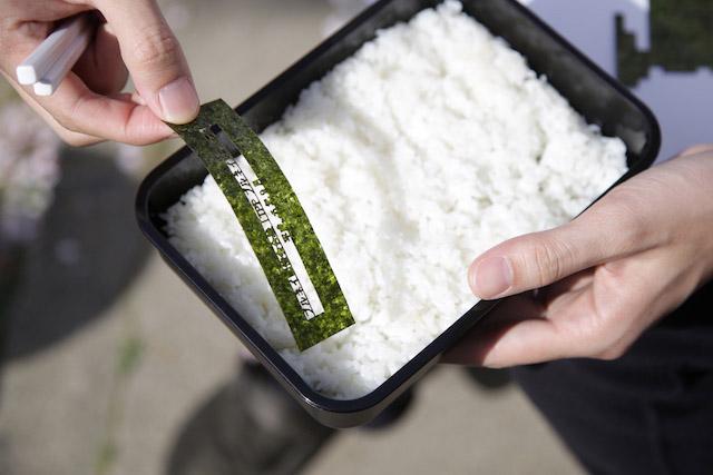 のりが湿気にくいように、冷やご飯の上に並べる