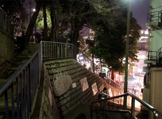 神社の敷地から駅を見下ろす